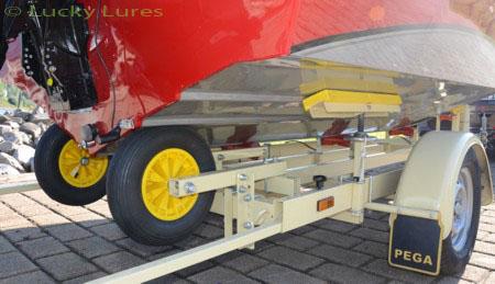 Die V-Form der Aluminiumhaut der Trackerboote.