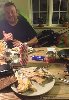 Selbst geangelte, gebratene Meerforelle im Ferienhaus in Dänemark.
