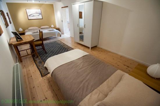 Schöne Zimmer mit viel Platz in der Denmark Fishing Lodge.